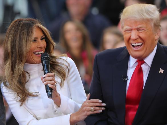 Tại sao vợ ông Trump hiếm khi cười? - Ảnh 2.