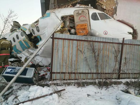 Máy bay mất độ cao, lao vào tòa nhà 2 tầng, ít nhất 14 người đã thiệt mạng - Ảnh 3.