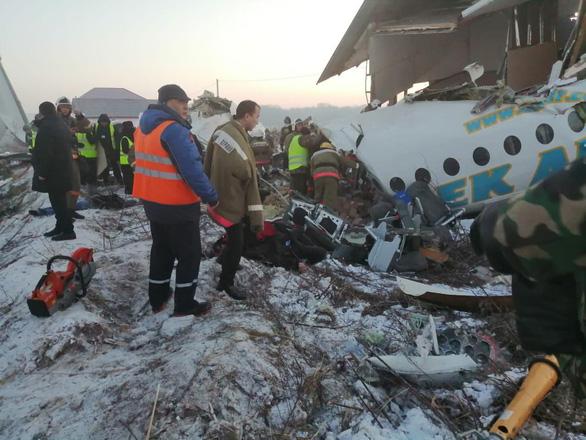 Máy bay mất độ cao, lao vào tòa nhà 2 tầng, ít nhất 14 người đã thiệt mạng - Ảnh 1.
