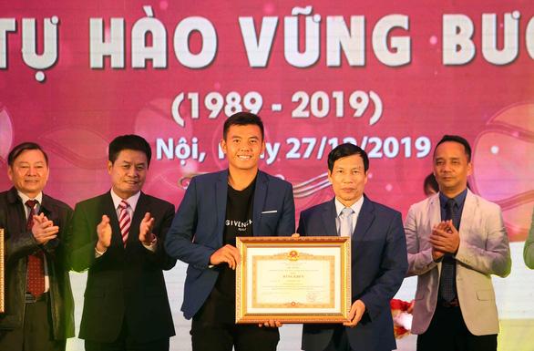 Tay vợt Lý Hoàng Nam nhận bằng khen của Thủ tướng Nguyễn Xuân Phúc - Ảnh 1.