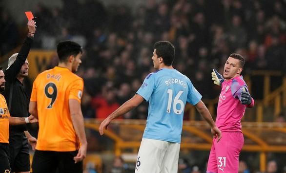 Thua Wolverhampton theo kịch bản không tưởng, Man City tung cờ trắng - Ảnh 2.