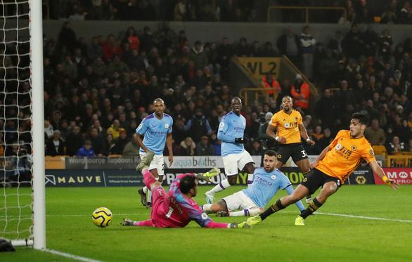 Thua Wolverhampton theo kịch bản không tưởng, Man City tung cờ trắng - Ảnh 4.