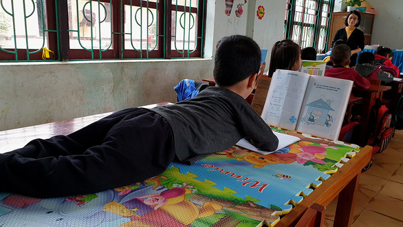 Phong đi học, tay và cổ kẹp bút - Ảnh 3.