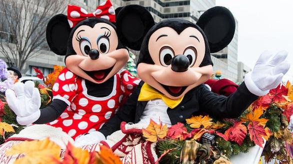 Vịt Donald, chuột Mickey than phiền vì bị du khách sờ mó lung tung - Ảnh 1.