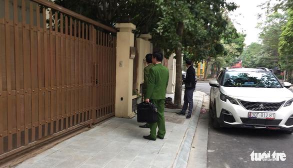 Khám xét nhà chánh văn phòng Thành ủy Hà Nội Nguyễn Văn Tứ - Ảnh 1.