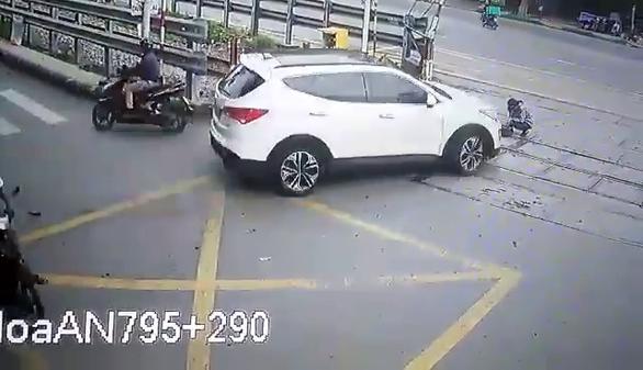 Nhân viên đường sắt bị ôtô tông thẳng khi đang làm nhiệm vụ - Ảnh 2.