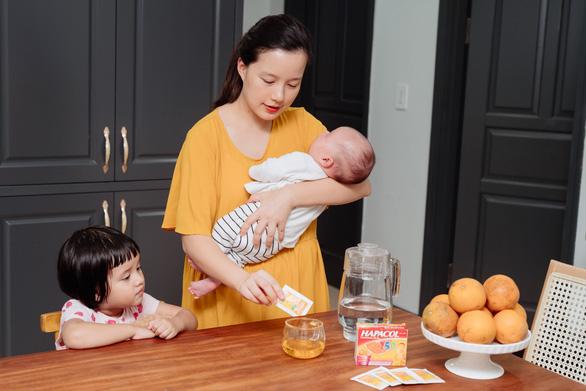 MC Minh Trang chia sẻ cách vượt qua chuỗi ngày chăm con ốm sốt - Ảnh 2.