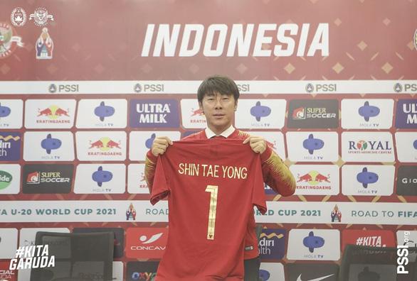 HLV Shin Tae Yong ký hợp đồng 4 năm dẫn dắt tuyển Indonesia - Ảnh 1.