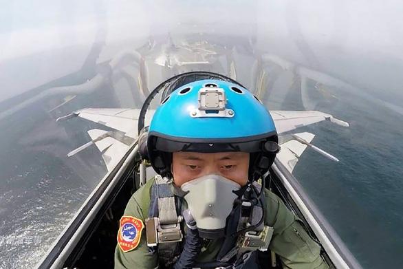 Thiếu hụt phi công cản trở tham vọng tàu sân bay của Trung Quốc - Ảnh 1.