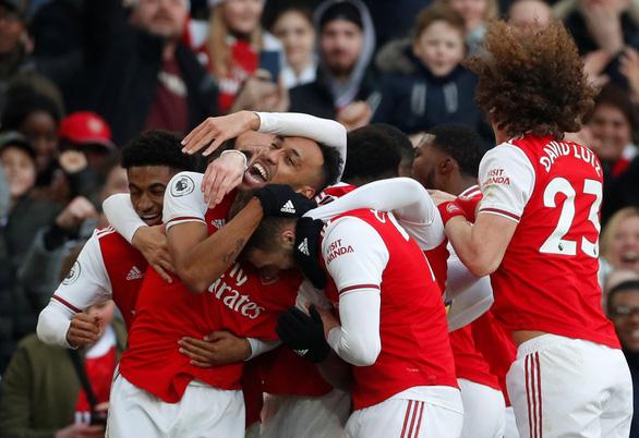 Bốn phút bùng nổ, Chelsea thắng ngược kịch tính Arsenal trên sân Emirates - Ảnh 1.