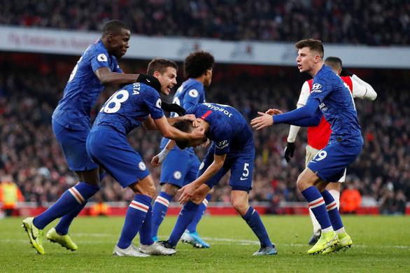 Bốn phút bùng nổ, Chelsea thắng ngược kịch tính Arsenal trên sân Emirates - Ảnh 2.