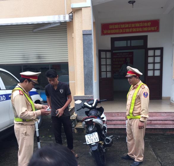 Nhóm trẻ trâu bốc đầu xe khoe tài trên đèo Hải Vân bị truy giữ 2 xe - Ảnh 2.