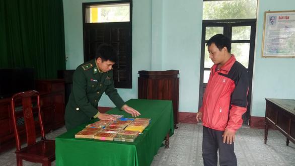 Lại phát hiện chất nghi ma túy dọc biển Thừa Thiên Huế - Ảnh 1.