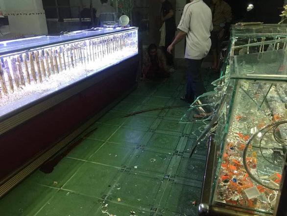 Tấn công vợ chồng chủ tiệm vàng để cướp giữa trận bóng đá U22 Việt Nam - Singapore - Ảnh 1.