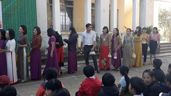 Thầy cô mang gạo đến trường tặng trò nghèo - Ảnh 1.