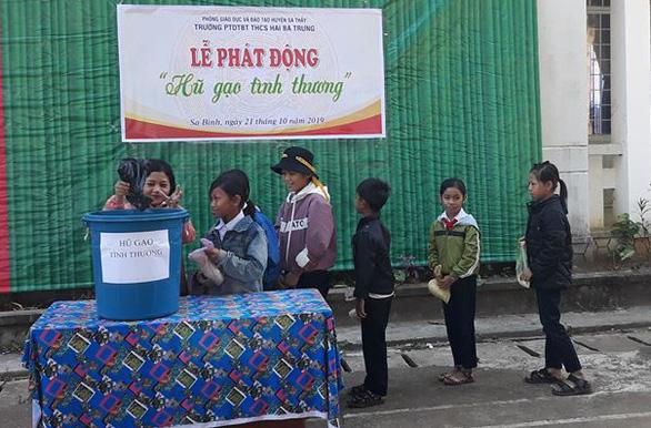 Thầy cô mang gạo đến trường tặng trò nghèo - Ảnh 2.