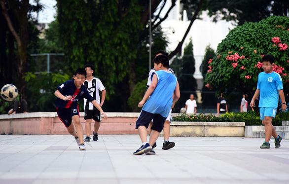 Vụ đá bóng trúng ngực tử vong: Làm gì để tránh nguy hiểm khi chơi thể thao? - Ảnh 1.