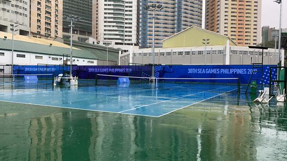 Quần vợt SEA Games bị hoãn 4 lần vì trời mưa bão - Ảnh 1.