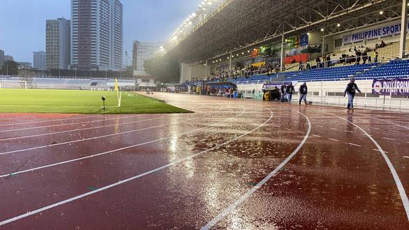 Mưa lớn trở lại, sân Rizal ngập nước gây lo lắng cho U22 Việt Nam - Ảnh 1.