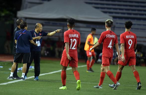 Ông Park xăm xăm tìm trọng tài chính khi kết thúc hiệp một - Ảnh 3.