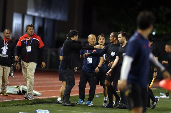 Ông Park xăm xăm tìm trọng tài chính khi kết thúc hiệp một - Ảnh 5.
