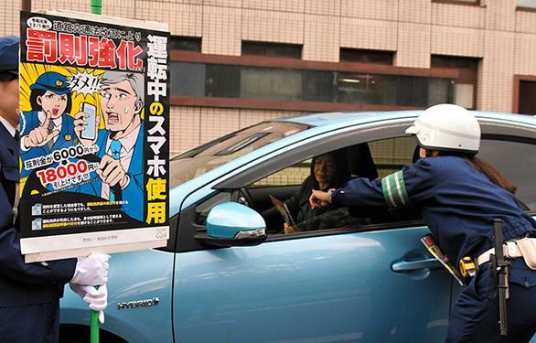 Nhật phạt nặng dùng điện thoại khi lái xe - Ảnh 1.
