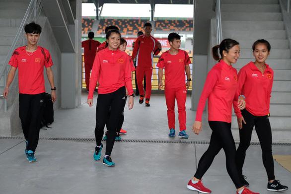 Trời mưa, đội tuyển điền kinh Việt Nam phải tập chạy...  trong nhà - Ảnh 1.