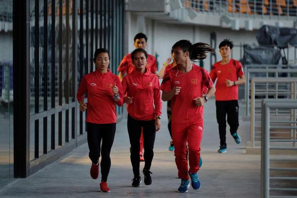 Trời mưa, đội tuyển điền kinh Việt Nam phải tập chạy...  trong nhà - Ảnh 3.