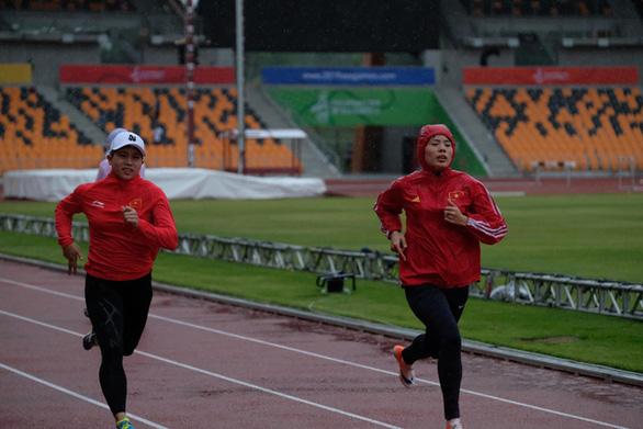 Trời mưa, đội tuyển điền kinh Việt Nam phải tập chạy...  trong nhà - Ảnh 5.