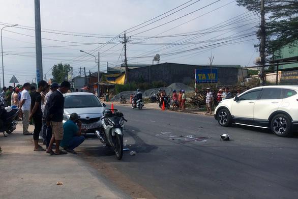 Vợ chết, chồng nguy kịch sau tai nạn liên hoàn giữa xe máy và 2 ôtô - Ảnh 1.