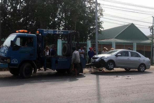 Vợ chết, chồng nguy kịch sau tai nạn liên hoàn giữa xe máy và 2 ôtô - Ảnh 2.