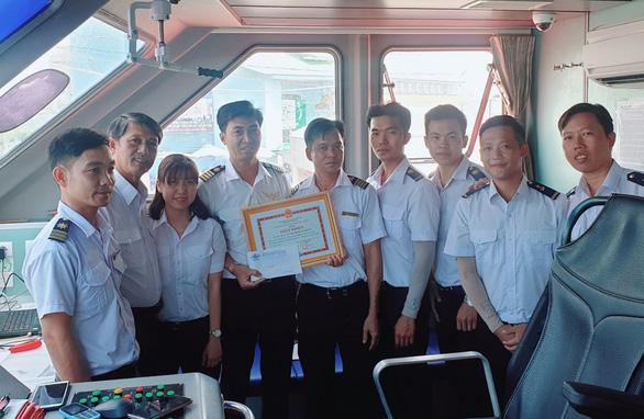 Thưởng nóng thuyền viên tàu Phú Quốc Express 7 cứu 4 người trên biển - Ảnh 1.  - thuong-nong-tau-pq-express-7-15753763313531127052014 - Thưởng nóng thuyền viên tàu Phú Quốc Express 7 cứu 4 người trên biển