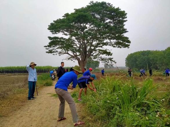 Bạn trẻ bị chỉ trích vì… dọn sạch cỏ dại quanh cây cô đơn trong Mắt biếc - Ảnh 1.