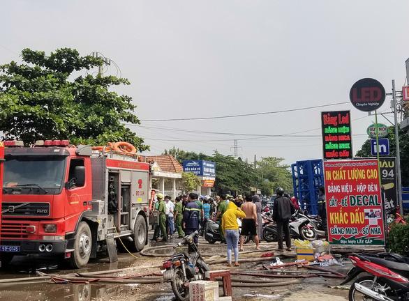 3 cảnh sát bị thương khi khống chế thanh niên ngáo đá nhốt, đánh đập vợ - Ảnh 2.