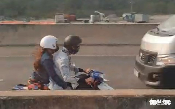 Video đôi nam nữ chạy xe máy ngược chiều trên cao tốc TP.HCM - Long Thành - Dầu Giây - Ảnh 2.