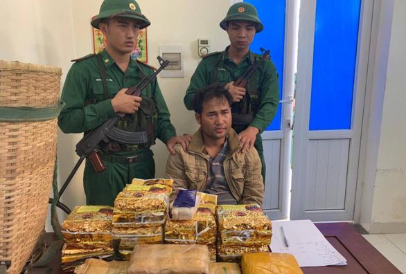 Một người Lào mang 10kg ma túy đá và 20.000 viên ma túy qua biên giới - Ảnh 1.