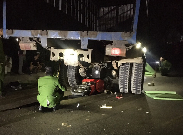 Xe tải tông 2 xe máy trên đường Hồ Chí Minh, 3 người chết - Ảnh 2.