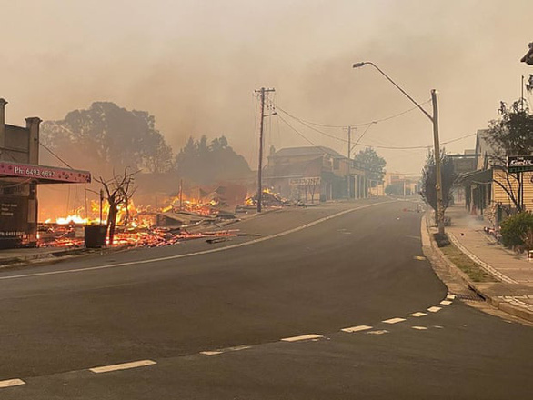 Lửa cháy rừng như hỏa ngục bao vây nhà dân ở Úc - Ảnh 7.