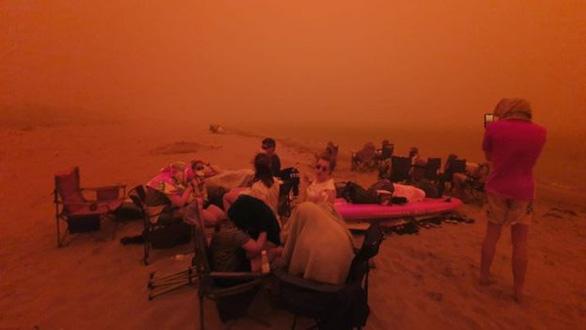 Lửa cháy rừng như hỏa ngục bao vây nhà dân ở Úc - Ảnh 2.