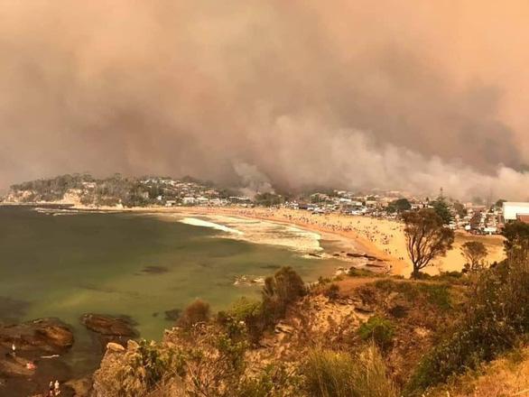 Lửa cháy rừng như hỏa ngục bao vây nhà dân ở Úc - Ảnh 3.