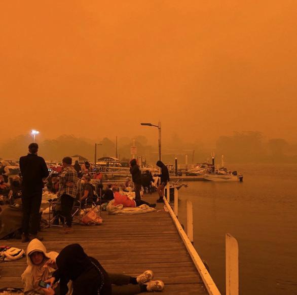 Lửa cháy rừng như hỏa ngục bao vây nhà dân ở Úc - Ảnh 4.