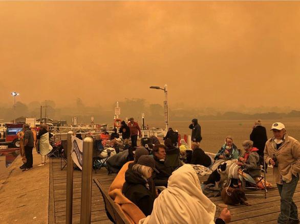 Lửa cháy rừng như hỏa ngục bao vây nhà dân ở Úc - Ảnh 5.