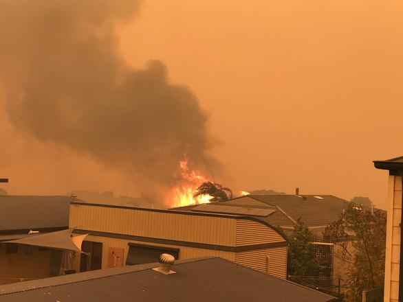 Lửa cháy rừng như hỏa ngục bao vây nhà dân ở Úc - Ảnh 6.