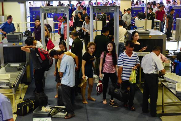 Vietnam Airlines tăng phí, giá vé máy bay Tết tiếp tục tăng - Ảnh 1.
