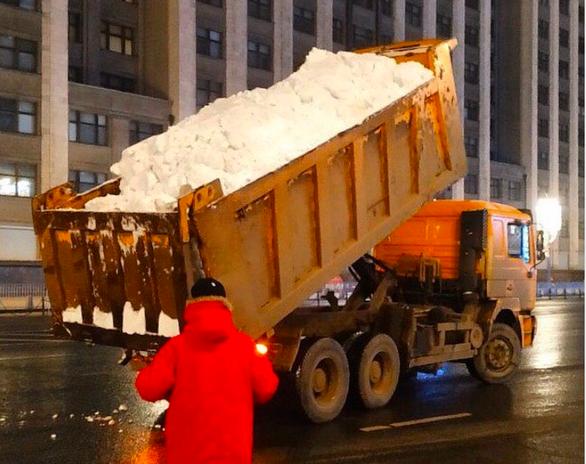 Thèm tuyết cho năm mới, thủ đô nước Nga vất vả chở mùa đông từ nơi khác về - Ảnh 2.