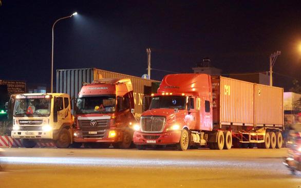 Khổ vì... thiếu bãi đậu xe, xe tải và container phải đậu tạm trên đường - Ảnh 1.