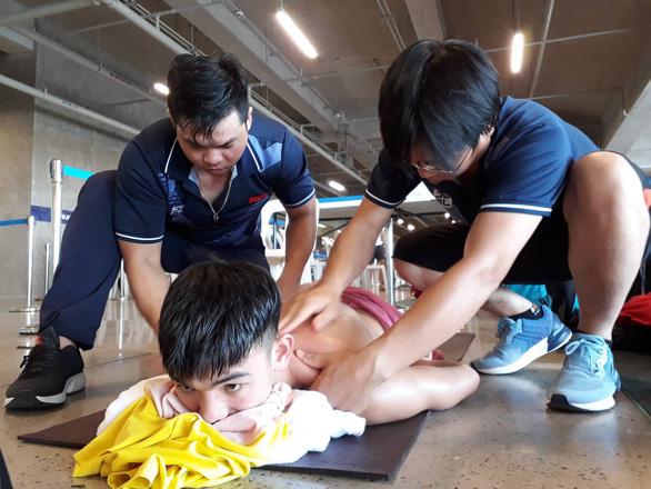 Cận cảnh kình ngư Huy Hoàng được chăm sóc tận răng sau khi thi đấu - Ảnh 5.