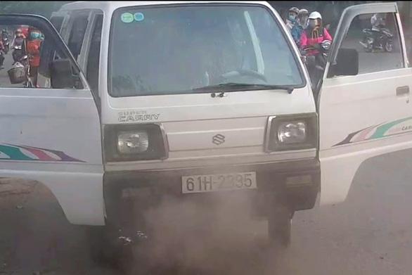 Xe chở 10 học sinh tiểu học bốc khói mù mịt giữa đường - Ảnh 2.