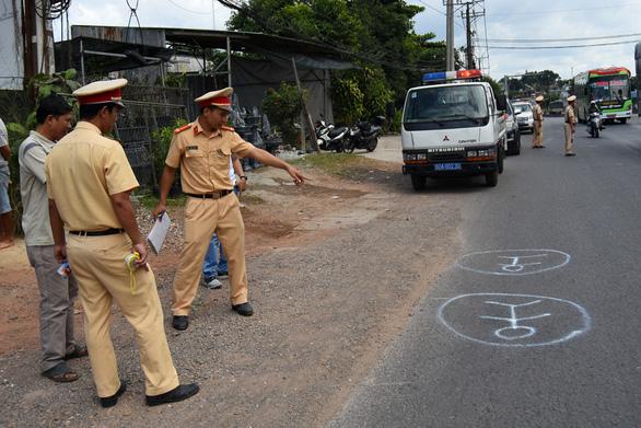 Tài xế xe đưa rước làm rơi học sinh xuống đường sử dụng bằng lái giả - Ảnh 1.