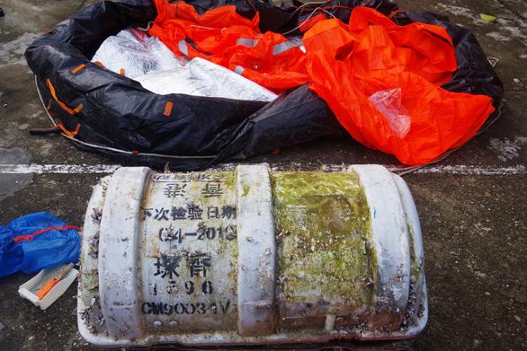 Phát hiện bộ phao cứu sinh Trung Quốc dạt vào bờ biển Thừa Thiên Huế - Ảnh 1.